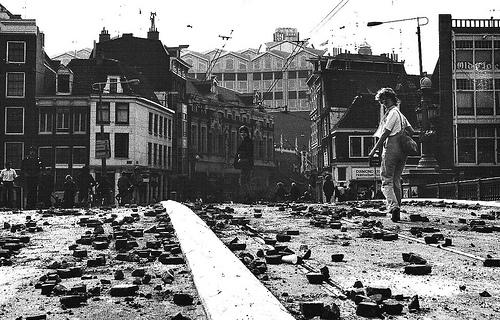 Una delle strade di Amsterdam dopo gli scontri durante l'incoronazione di Beatrice